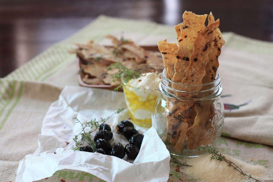 קרקרים עם סולת עם זיתים שחורים, תימין וצ'ילי יבש