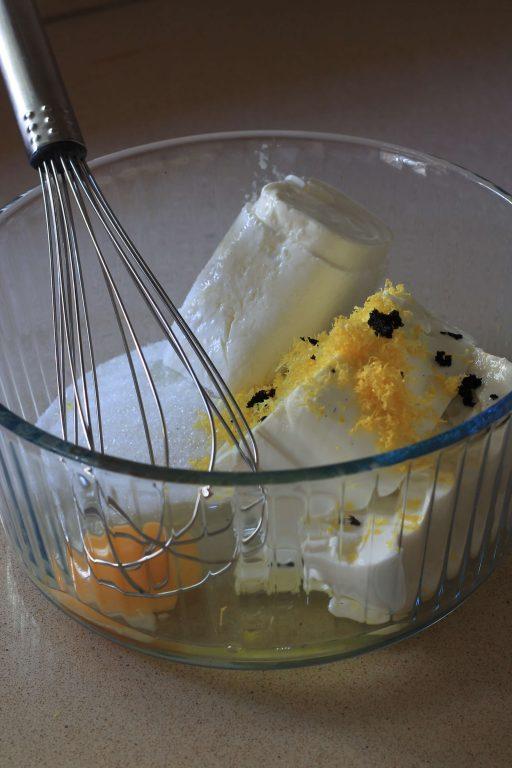 ריבועי גבינה ואוכמניות עם פירורים