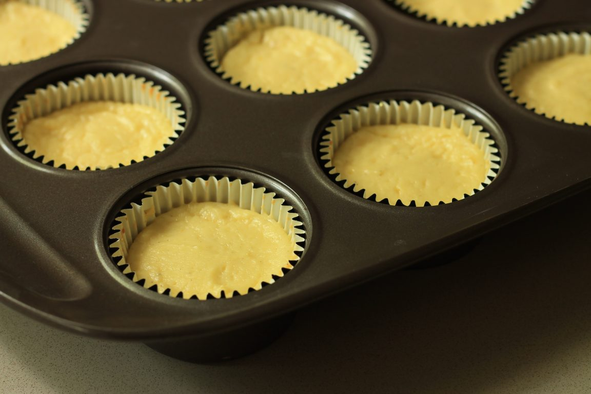 עוגות גבינה אישיות בציפוי שמנת ואוכמניות