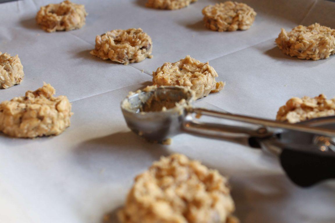 עוגיות שיבולת שועל עם אגוזי לוז וצימוקים