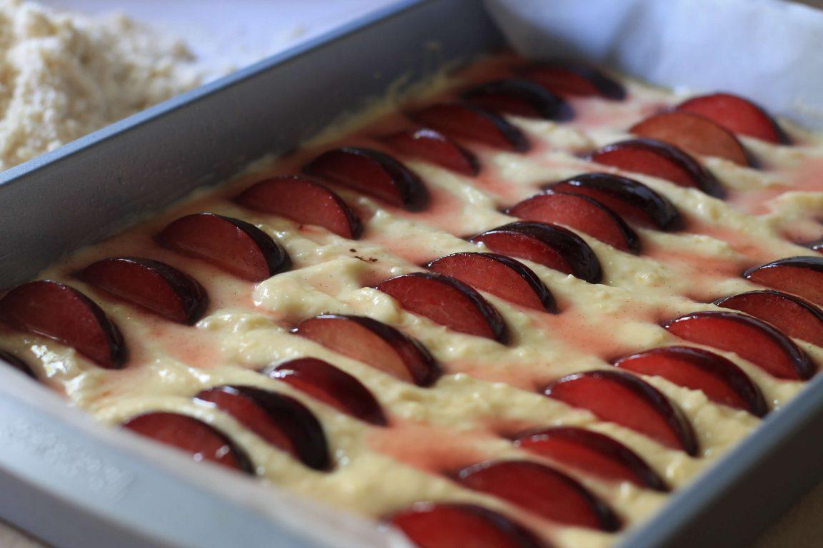 עוגת שזיפים ושקדים עם פירורים