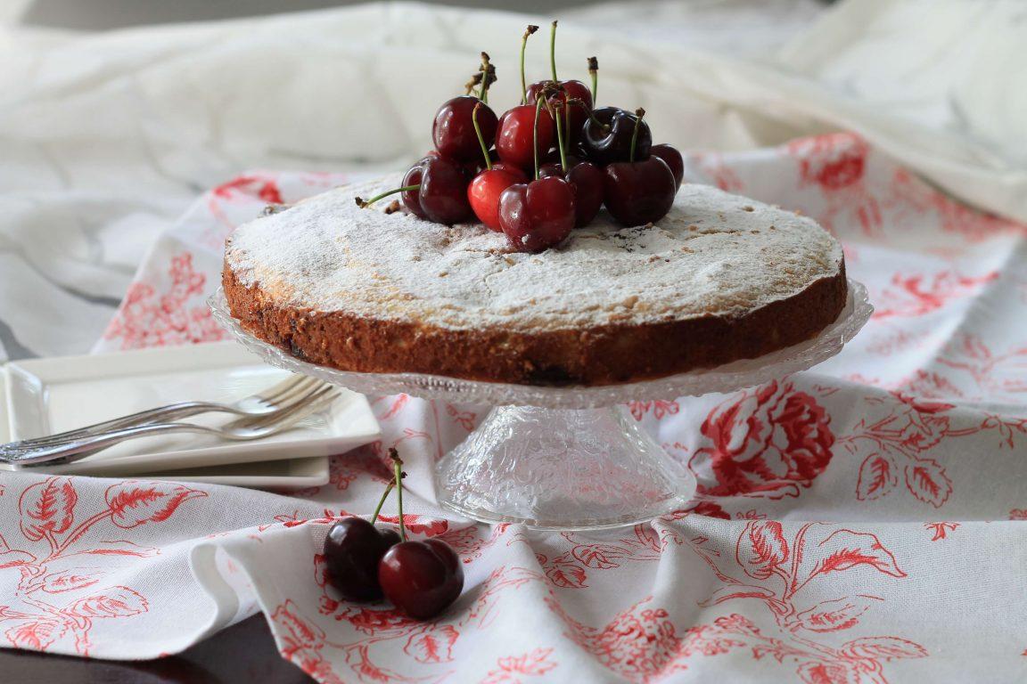 עוגת ריקוטה ושקדים עם דבדבנים