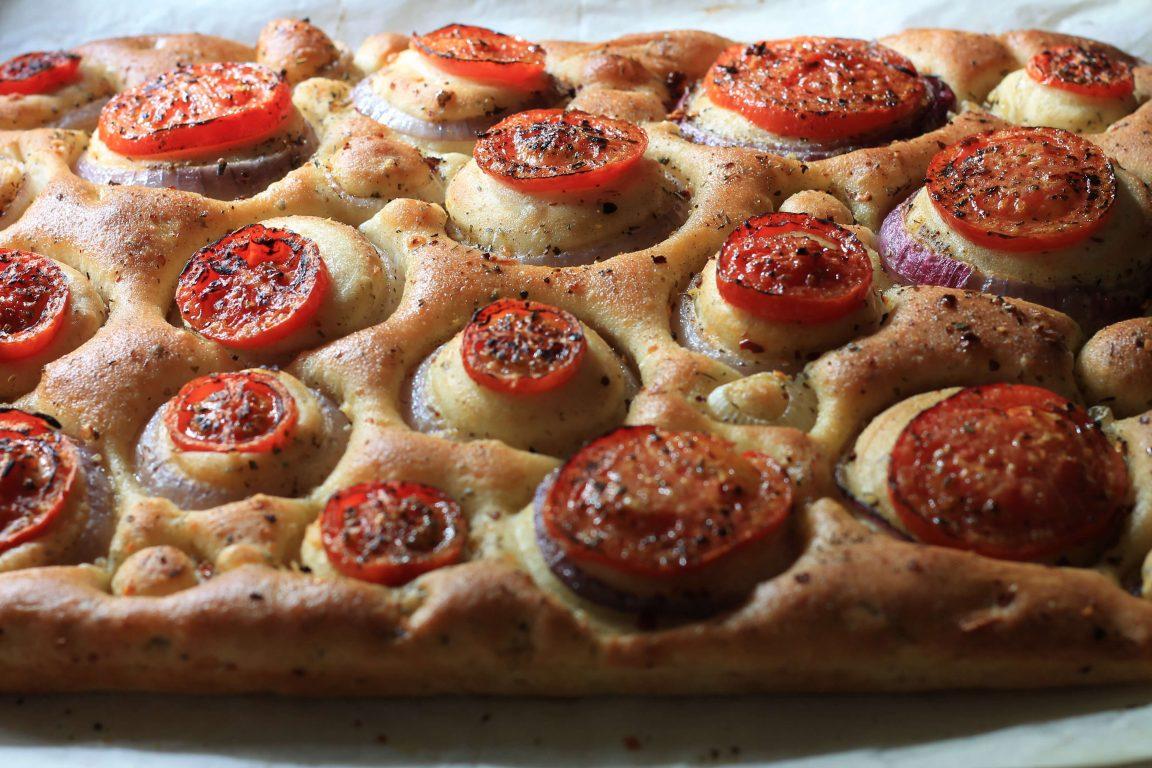 פוקאצ'ה עגבניות ובצל סגול