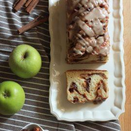 בבקה תפוחים ותמרים בציפוי קינמון